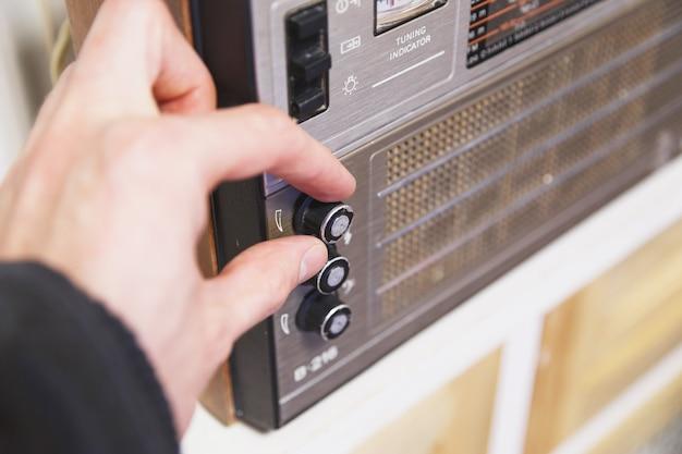 Gros plan, main, réglage, radio, fm, bouton radio