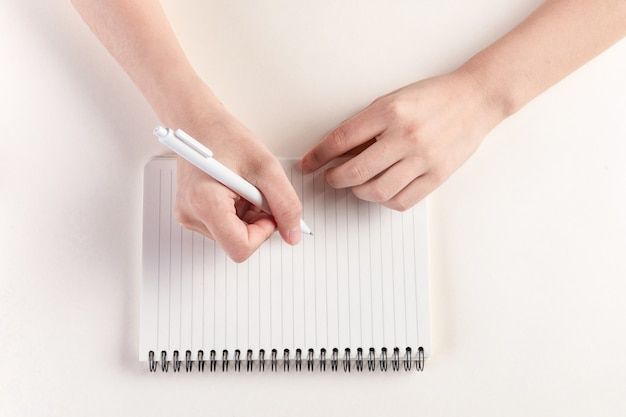 Gros plan d'une main remplissant un journal