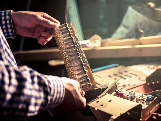 Gros plan de main réparation de circuit électrique