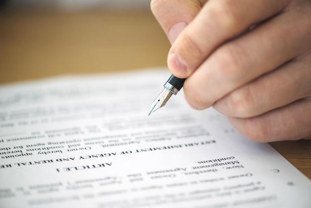Gros plan, main, signature, contrat