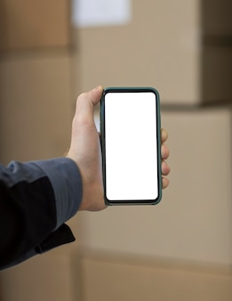 Gros plan main avec smartphone