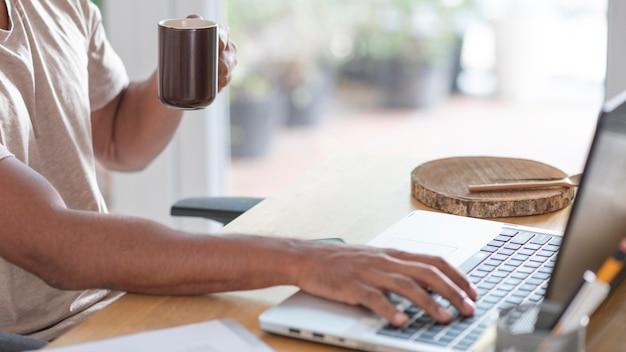 Gros plan main en tapant sur le clavier