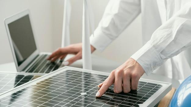 Gros plan main tapant sur ordinateur portable