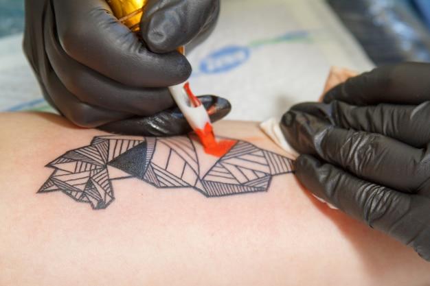 Gros plan, main, tatouage, maître, gants noirs, tatouage