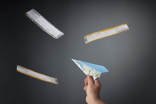Gros plan main tenant un avion en papier