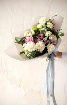 Gros plan main tenant le bouquet