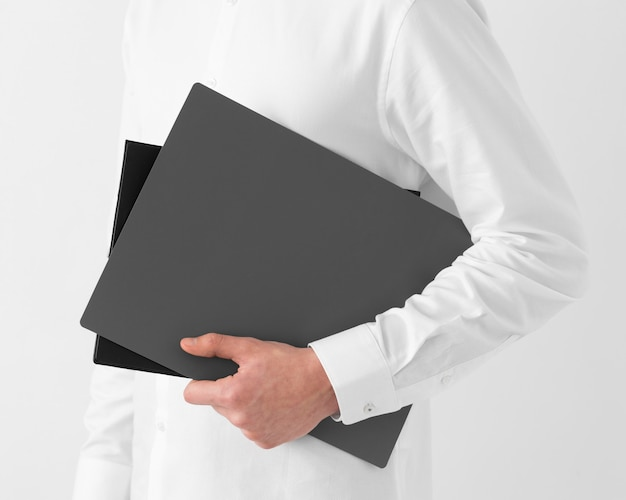 Gros plan main tenant des documents