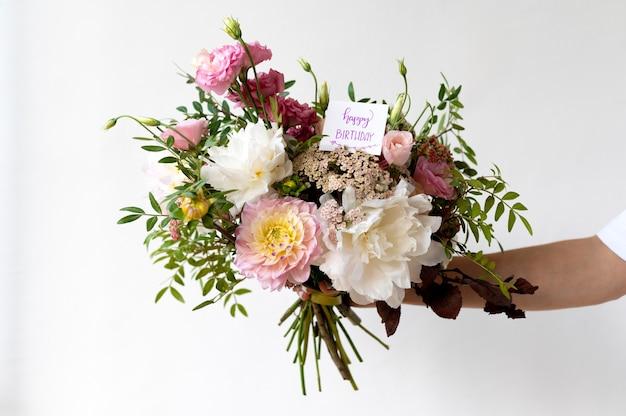 Gros plan main tenant des fleurs