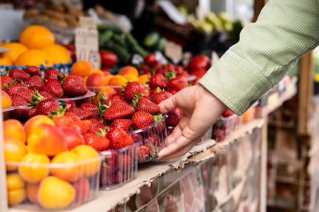 Gros plan main tenant des fraises