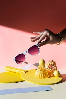 Gros plan main tenant des lunettes de soleil