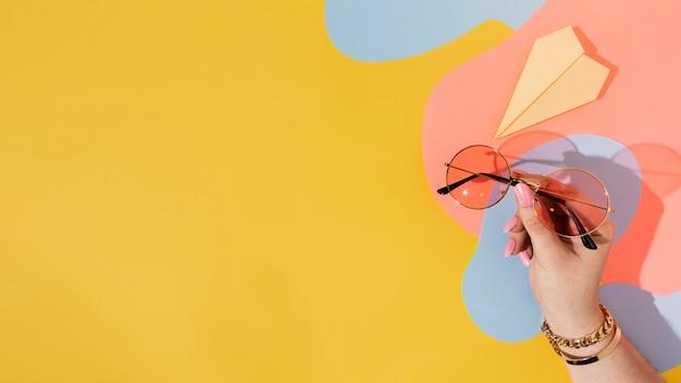 Gros plan main tenant des lunettes