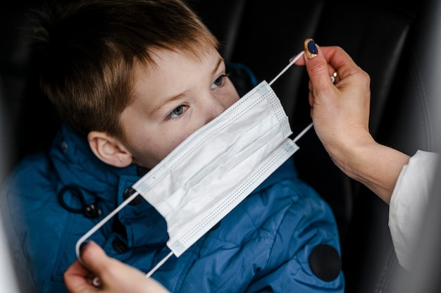 Gros plan main tenant un masque médical