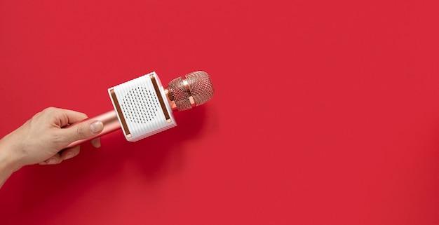 Gros plan main tenant le microphone