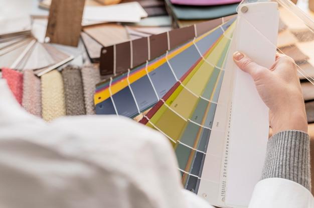 Gros plan main tenant la palette de couleurs