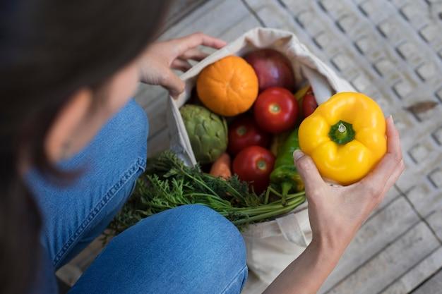 Gros plan main tenant le poivron