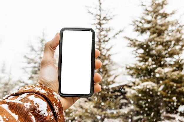 Gros plan main tenant le smartphone
