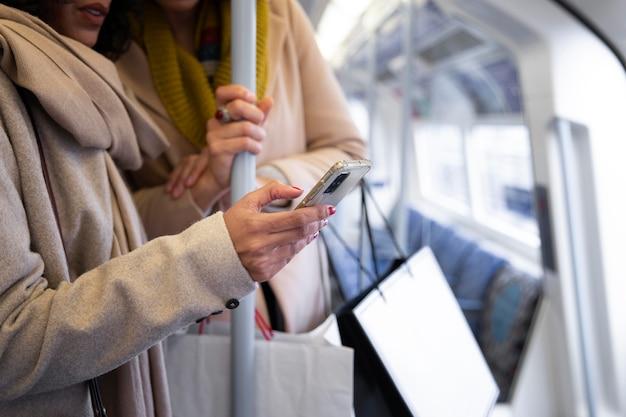 Gros plan main tenant un smartphone
