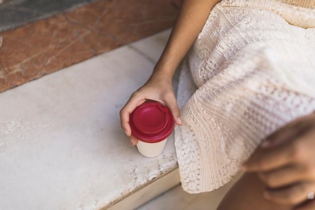 Gros plan, de, main, tenant, tasse à café jetable
