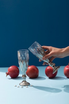 Gros plan main tenant le verre