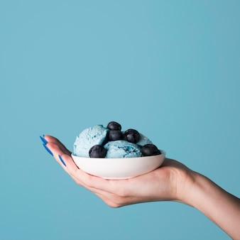 Gros plan, main, tenue, délicieux, glace, crème