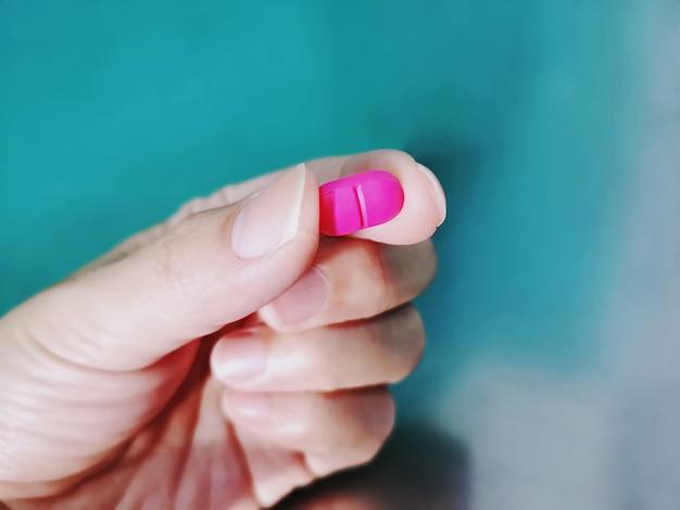 Gros plan, main, tenue, pilule rose médicament, mise au point, sélectif