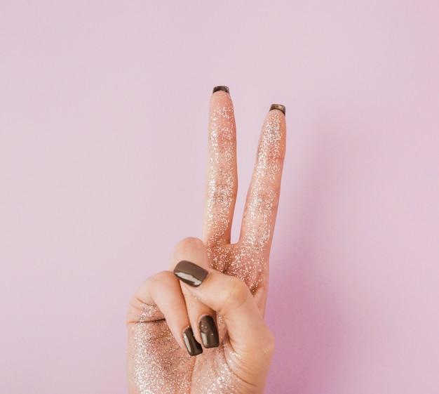 Gros plan, main, tenue, signe paix