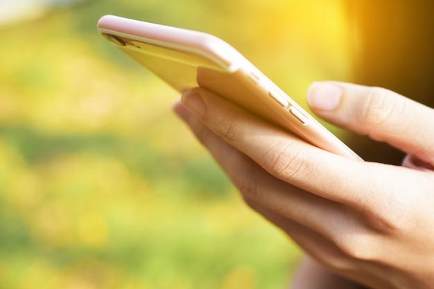 Gros plan, main, tenue, technologie téléphone intelligent, technologie internet, communication