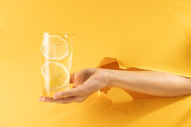 Gros plan, main, tenue, verre, limonade