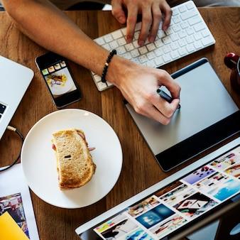 Gros plan, main, utilisation, stylo, souris, fonctionnement, ordinateur, table bois