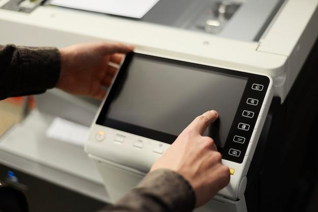 Gros plan sur les mains à l'aide d'un photocopieur