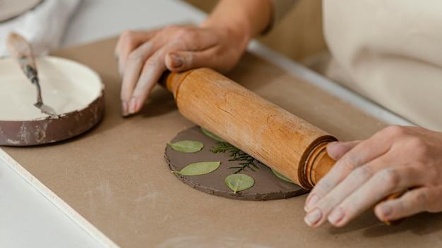 Gros plan des mains à l'aide d'un rouleau à pâtisserie