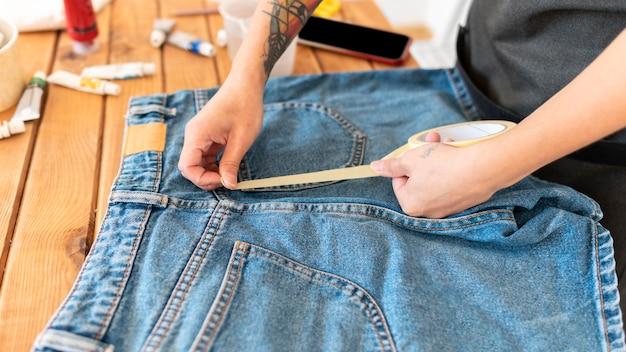 Gros plan des mains à l'aide de ruban adhésif