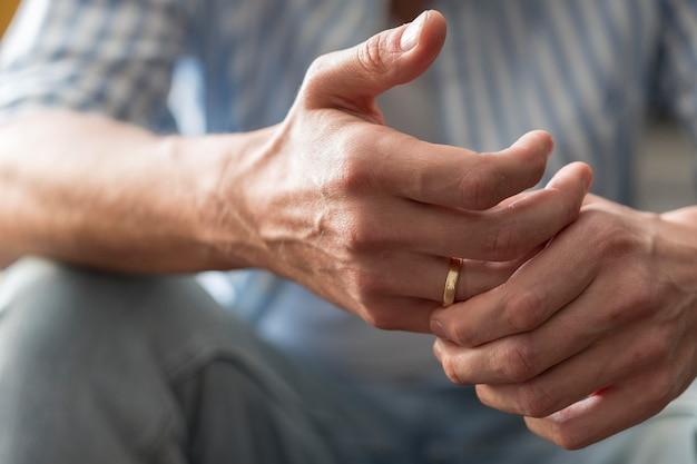 Gros plan des mains avec anneau d'or