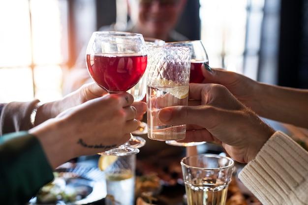Gros plan sur les mains applaudissant les boissons
