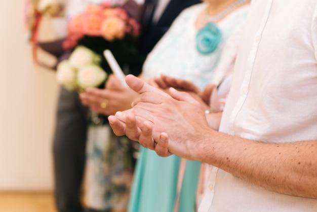 Gros plan sur les mains d'applaudissements pour un mariage