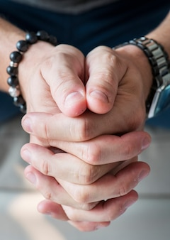 Gros plan des mains blanches dans le geste de prière