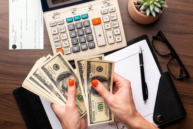Gros plan des mains comptant de l'argent