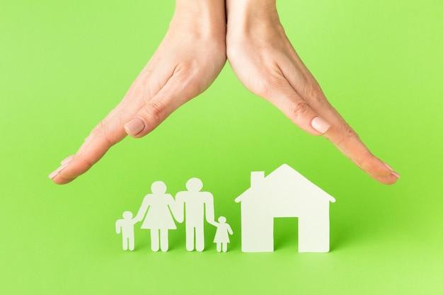 Gros plan des mains avec le concept de figure de famille