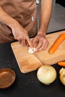 Gros plan des mains de coupe de légumes