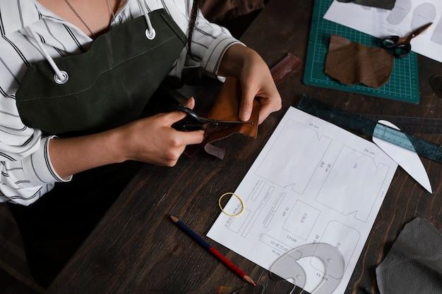 Gros plan mains coupe textile