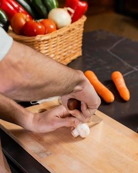 Gros plan, mains, couper, champignon