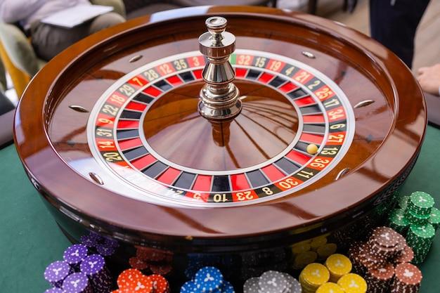 Un gros plan des mains d'un croupier de blackjack dans un casino, très faible profondeur de champ.