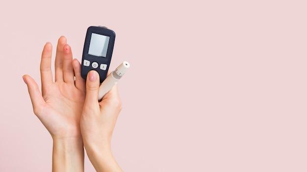 Gros plan des mains avec des dispositifs médicaux