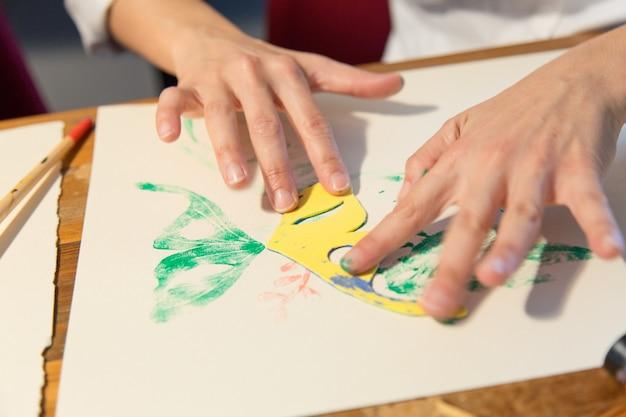 Gros plan des mains du peintre