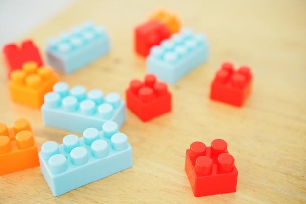 Gros plan des mains de l'enfant en jouant avec des jouets de connecteur coloré à la table. jouets éducatifs pour les enfants d'âge préscolaire et de maternelle.