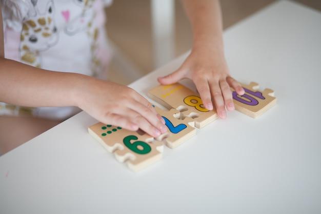 Gros plan, mains, enfant jouant