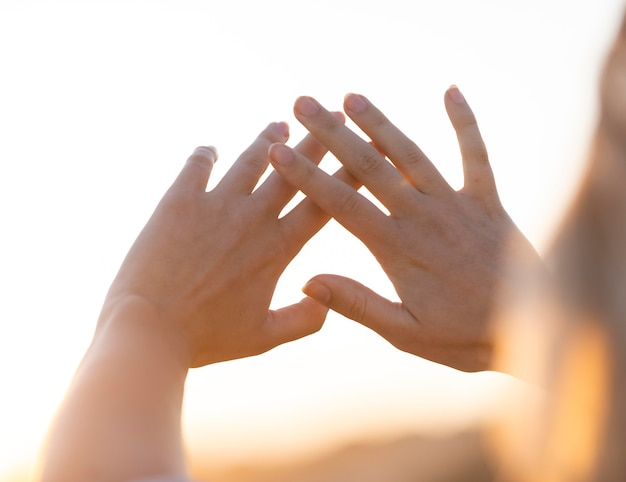 Gros plan les mains à l'extérieur