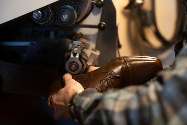 Gros plan des mains faisant des chaussures