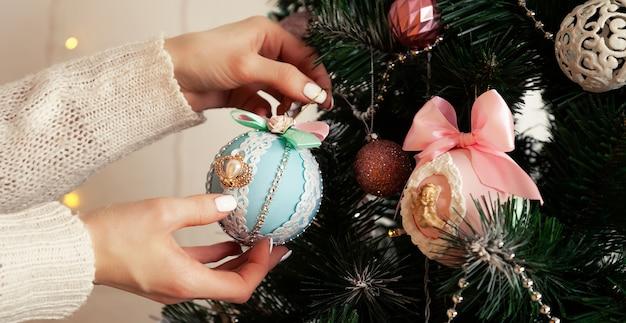 Gros plan des mains féminines accrocher le ballon sur l'arbre