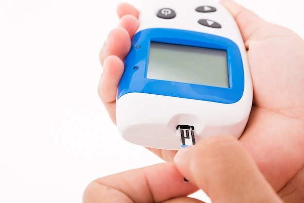 Gros plan mains femme mesurant le glucose